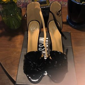 Bow strap vinyl heel
